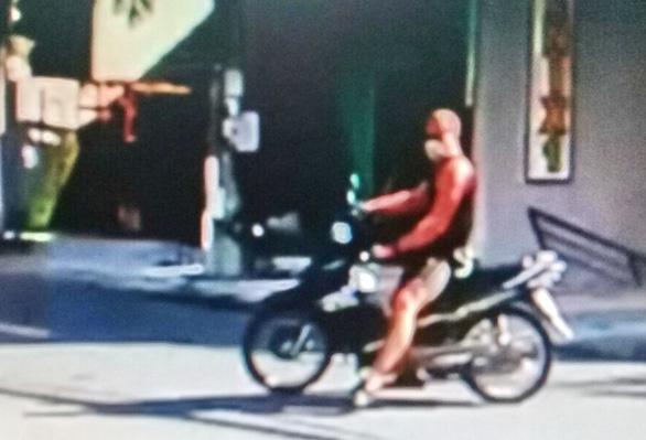 Một người nước ngoài lao xe máy tấn công thành viên chốt chống dịch COVID-19 - Ảnh 3.