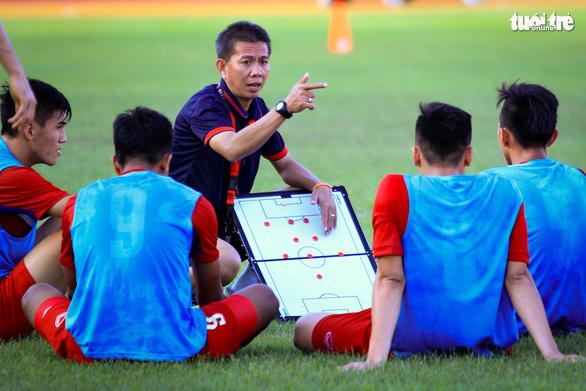 Cựu HLV trưởng U19 Việt Nam Hoàng Anh Tuấn: Trao cơ hội để cầu thủ trẻ chơi bóng - Ảnh 1.