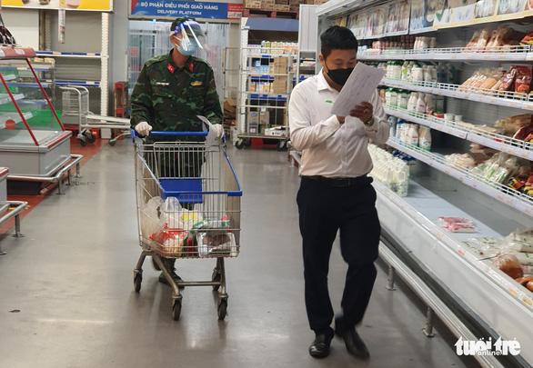 Thủ tướng đề nghị Bộ Công an xử lý nghiêm hành vi bom hàng đi chợ hộ tại TP.HCM - Ảnh 1.