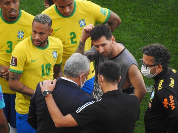 Đá 7 phút, Messi và cầu thủ Argentina ngừng thi đấu để phản đối cảnh sát Brazil - Ảnh 3.