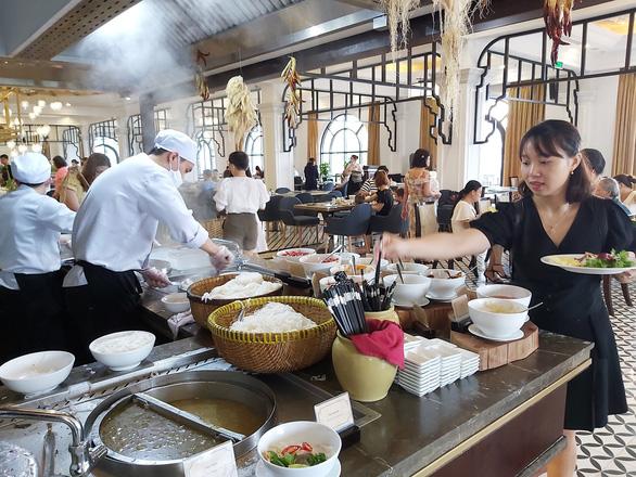 Nhà hàng, ẩm thực tìm cách lách qua cánh cửa hẹp trong dịch - Ảnh 1.