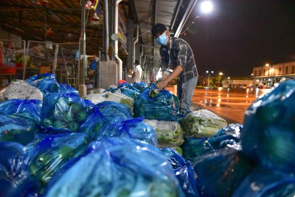 Những xe cá, rau, thịt... đầu tiên về lại chợ Bình Điền, TP.HCM - Ảnh 4.