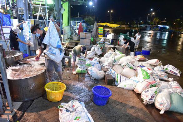 Những xe cá, rau, thịt... đầu tiên về lại chợ Bình Điền, TP.HCM - Ảnh 1.