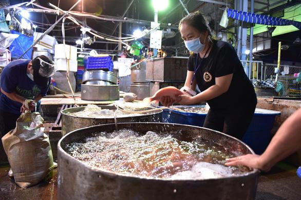 Những xe cá, rau, thịt... đầu tiên về lại chợ Bình Điền, TP.HCM - Ảnh 2.