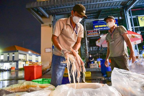 Những xe cá, rau, thịt... đầu tiên về lại chợ Bình Điền, TP.HCM - Ảnh 3.