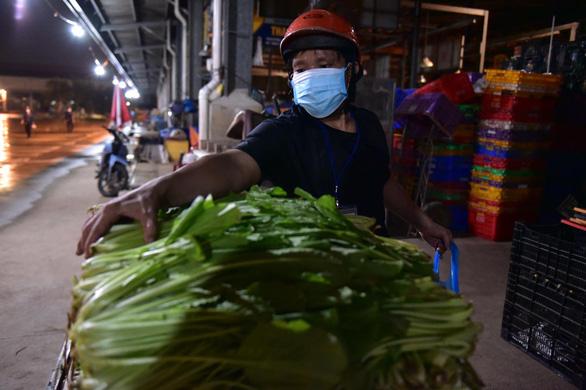Những xe cá, rau, thịt... đầu tiên về lại chợ Bình Điền, TP.HCM - Ảnh 5.