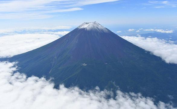 Tuyết trên đỉnh Phú Sĩ rơi sớm gần 1 tháng - Ảnh 2.