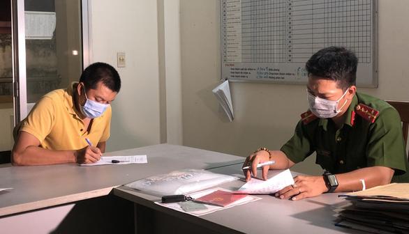 Vụ ra giá tiêm vắc xin: UBND quận 6 báo cáo UBND TP.HCM sau khi cán bộ phường bị bắt - Ảnh 2.