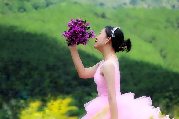 Nghỉ dịch ở nhà, con gái may lại váy cưới của mẹ - Ảnh 4.