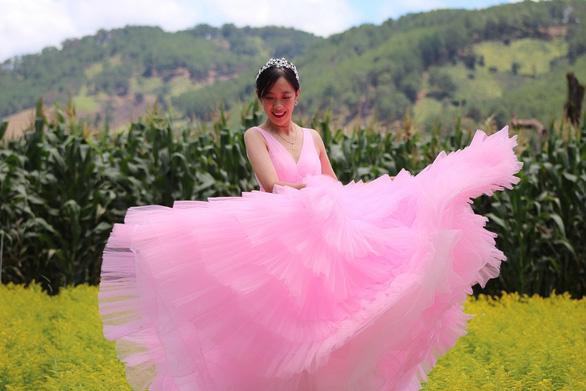 Nghỉ dịch ở nhà, con gái may lại váy cưới của mẹ - Ảnh 5.