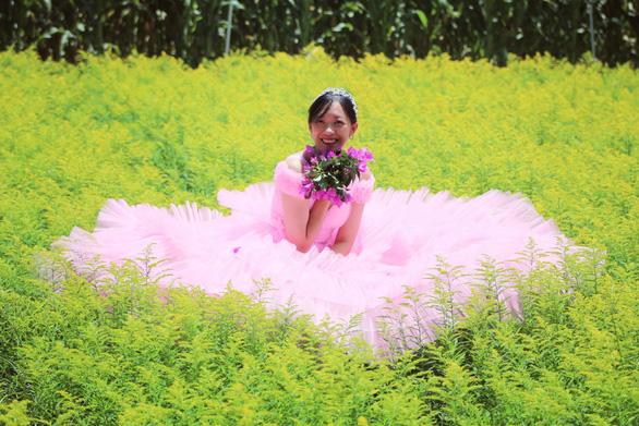 Nghỉ dịch ở nhà, con gái may lại váy cưới của mẹ - Ảnh 6.