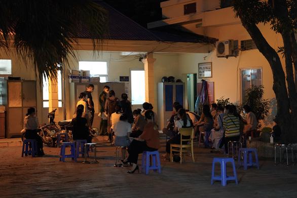 Dân Hà Nội xếp hàng xin cấp giấy đi đường trong đêm, công an ký giấy giữa khuya - Ảnh 1.