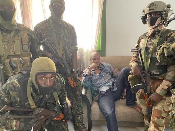 Tổng thống Guinea bị phe nổi dậy giam giữ trong nhà tù quân đội - Ảnh 1.