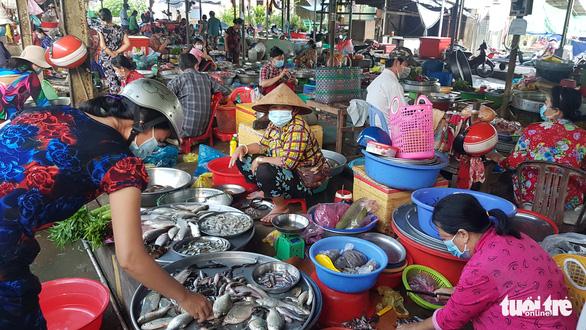 Miền Tây đã có cá linh non đầu mùa nhưng giá cao gấp đôi, đến 200.000 đồng/kg - Ảnh 3.