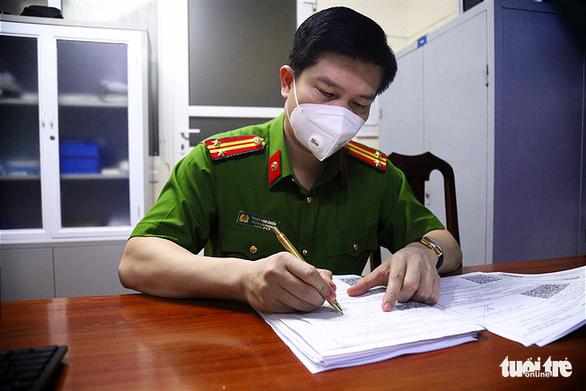 Dân Hà Nội xếp hàng xin cấp giấy đi đường trong đêm, công an ký giấy giữa khuya - Ảnh 2.