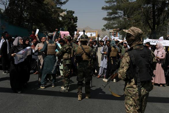 Taliban xả súng chỉ thiên giải tán người biểu tình - Ảnh 1.