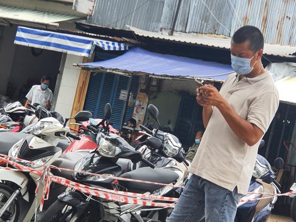 TP.HCM: Khởi tố, bắt tạm giam cán bộ phường tổ chức tiêm vắc xin thu tiền trái phép - Ảnh 1.