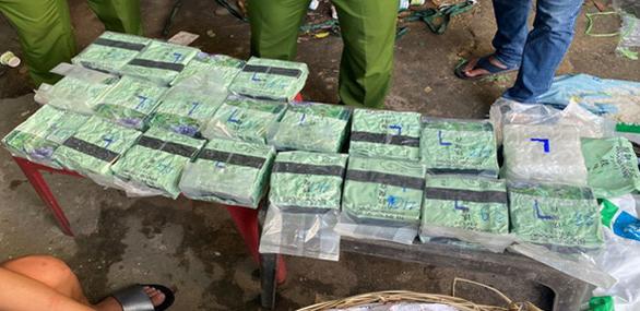 Lợi dụng xe luồng xanh chở mắm cá, che giấu cả trăm ký ma túy - Ảnh 1.