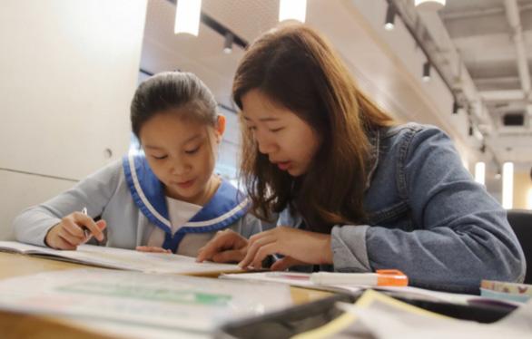 Trung Quốc cấm cả dạy thêm trực tuyến, cứu giáo dục và xã hội - Ảnh 1.