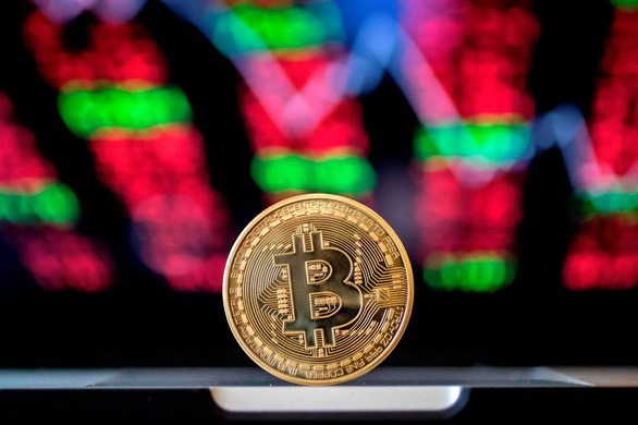 Tiền ảo bitcoin, dogecoin lao dốc, hơn 400 tỉ USD 'bốc hơi' - Ảnh 1.