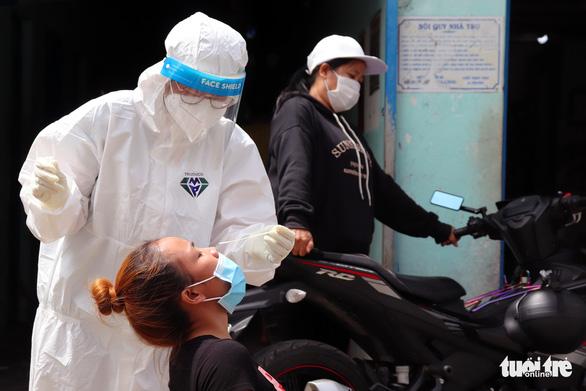 Đồng Nai phong tỏa 1.560 nhà trọ công nhân, xét nghiệm và tiêm vắc xin - Ảnh 1.