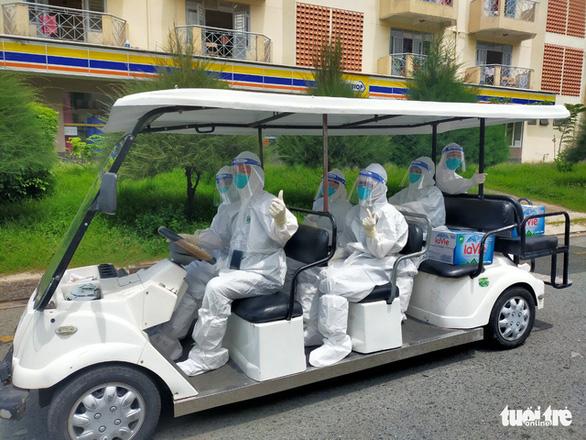 Các y bác sĩ bệnh viện dã chiến số 1 TP.HCM đến các khu khám để điều trị lâm sàng cho bệnh nhân - Ảnh: Bác sĩ Nguyễn Thành Tâm