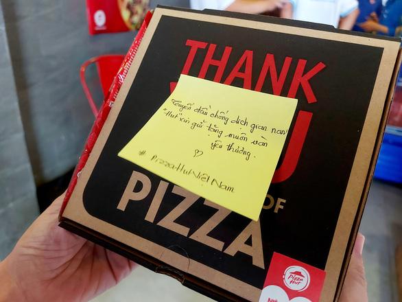 2.100 bánh pizza thơm, nóng đến tuyến đầu chống dịch và sinh viên nghèo - Ảnh 3.