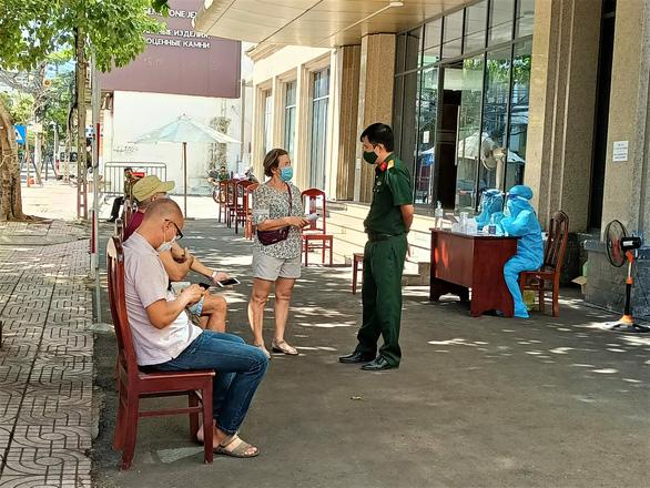 Công dân Nga ở Khánh Hòa bỏ phiếu bầu đại biểu Duma quốc gia - Ảnh 2.