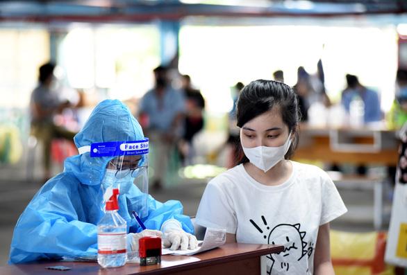 Người dân TP.HCM mong sớm có thẻ xanh vắc xin, vắc xin nào cũng tốt - Ảnh 2.