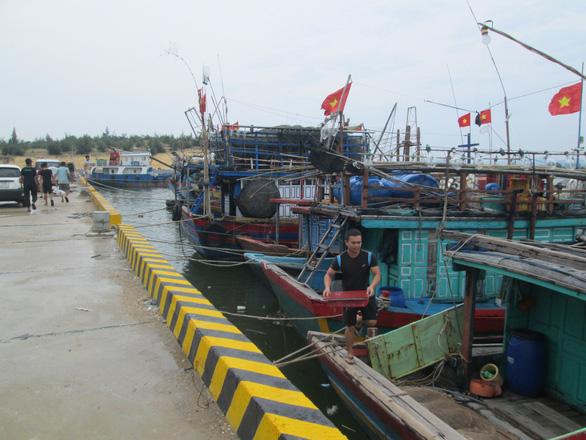 Quảng Bình cử ngư dân xét nghiệm âm tính tham gia đội bảo vệ tàu thuyền tránh bão - Ảnh 1.