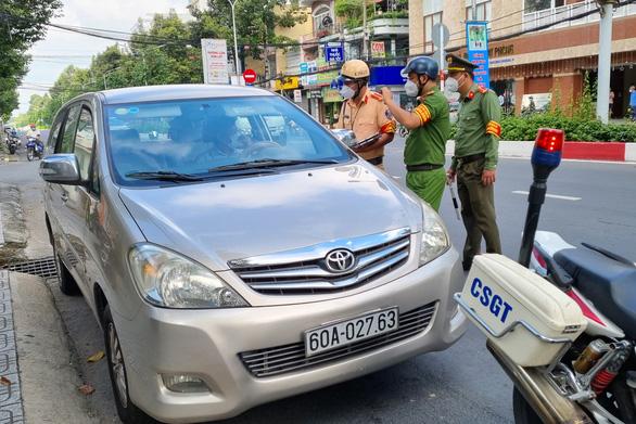 Thanh tra sở không có giấy đi đường, cố thủ trong ôtô cả tiếng - Ảnh 1.