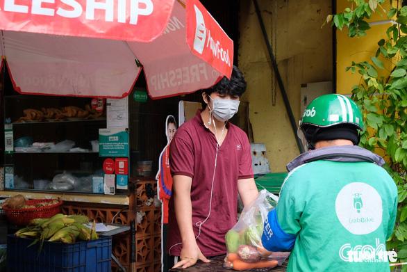 Quán bún bò, cơm tấm... ở TP.HCM chưa thể bán lại vì không mua được nguyên liệu nấu - Ảnh 8.
