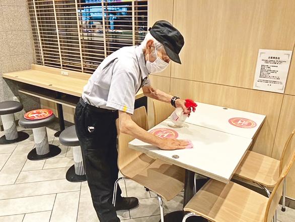 Cụ ông Nhật nổi tiếng vì đi làm phục vụ bàn ở tuổi 93  - Ảnh 1.