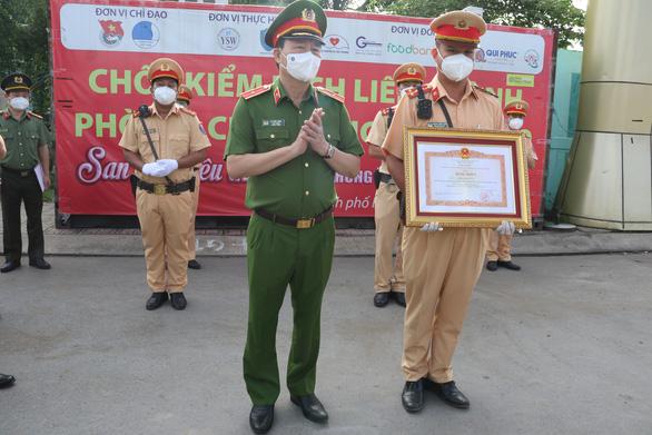 Thủ tướng và Bộ Công an tặng bằng khen các chiến sĩ Công an TP.HCM phòng chống dịch - Ảnh 1.