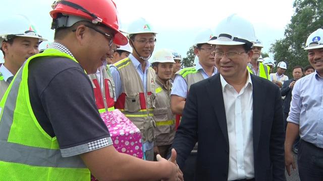 Phó thủ tướng Trịnh Đình Dũng kiểm tra cao tốc Đà Nẵng - Quảng Ngãi - ảnh 2