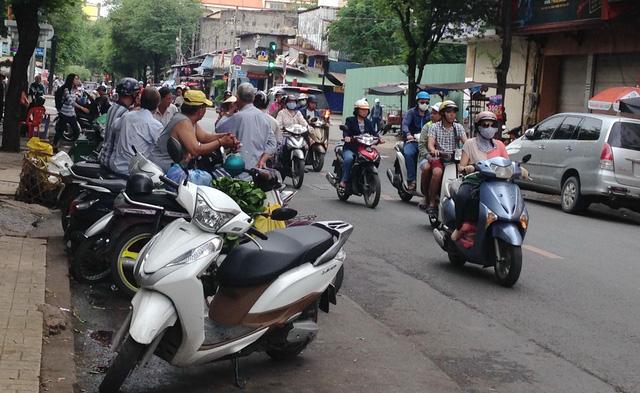 Đậu xe máy chiếm lòng đường - Ảnh 1.