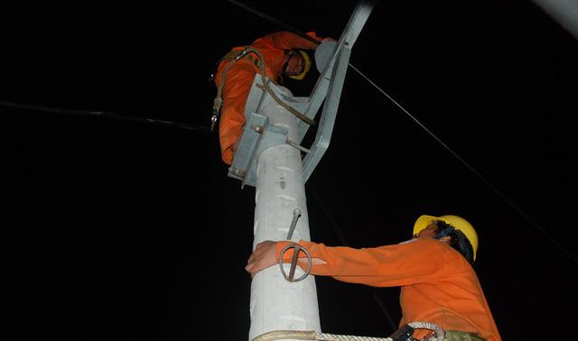 Trắng đêm nối điện trên quốc lộ 1 - Ảnh 4.