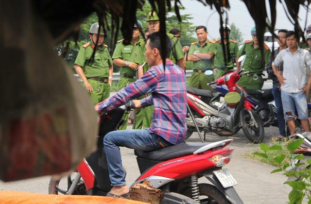 Hàng chục cảnh sát bao vây thanh niên cầm dao cố thủ - Ảnh 1.