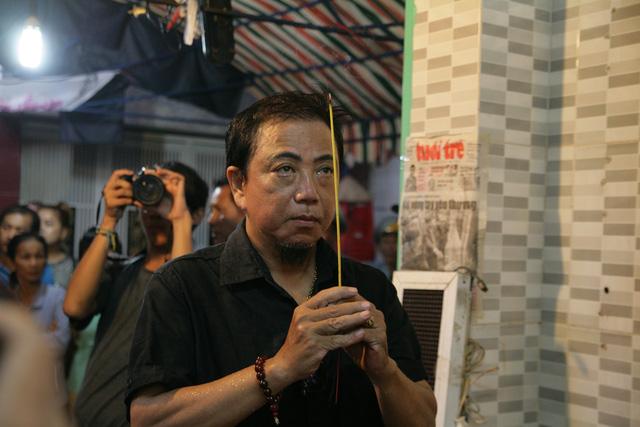 Tiễn đưa nghệ sĩ Khánh Nam trong cơn mưa Sài Gòn buổi sớm - Ảnh 1.