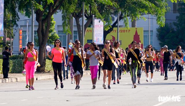 76 người đẹp Hoa hậu hòa bình tham gia đi bộ 10.000 bước chân - Ảnh 3.