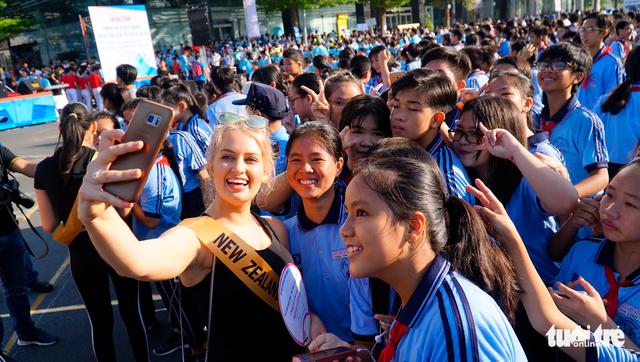 76 người đẹp Hoa hậu hòa bình tham gia đi bộ 10.000 bước chân - Ảnh 6.
