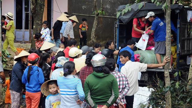 Gạo, chăn ấm của Tuổi Trẻ về vùng rốn lũ Nông Sơn - Ảnh 2.