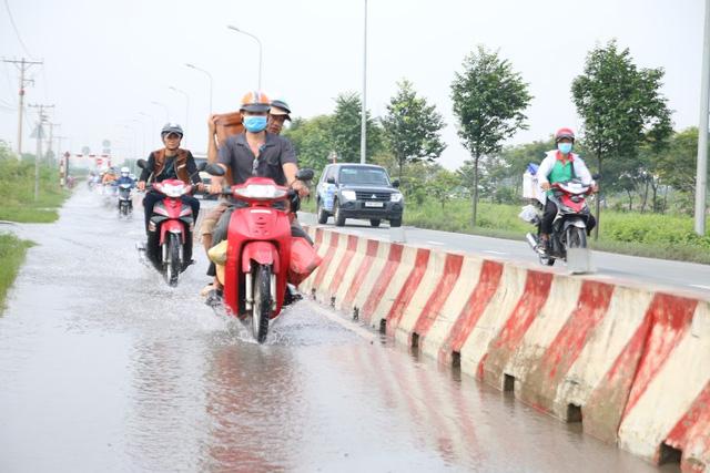 Không mưa, đường vành đai 2 TP HCM vẫn ngập nước - Ảnh 1.
