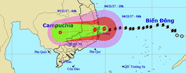 Tâm bão số 12 đổ bộ đất liền, gió cấp 11 tại Nha Trang, TP Tuy Hòa mất điện - Ảnh 15.