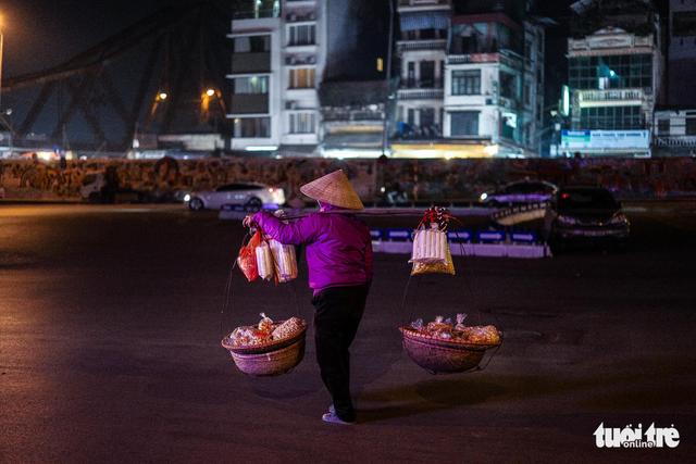 Người vô gia cư co ro giữa đêm đông Hà Nội - Ảnh 4.