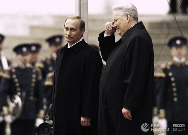 Lễ nhậm chức Tổng thống của ông Putin (trái) hồi tháng 5-2000, bên cạnh là cố Tổng thống Boris Yeltsin. Ảnh tư liệu của RIA
