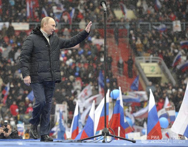 Ông Putin giữ phong thái giản dị tại một sự kiện mít tinh ở khu phức hợp thể thao Luzniki tháng 2-2012 - Ảnh tư liệu RIA