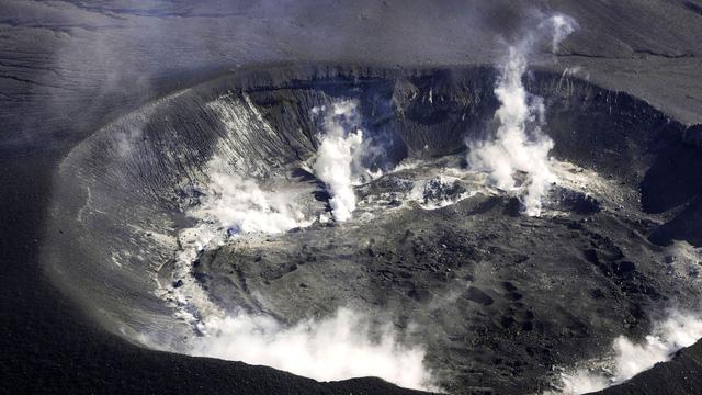 Núi lửa Shinmoe chuyển mình, người Nhật sợ mất khách du lịch - Ảnh 1.