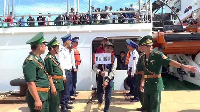 239 ngư dân Việt Nam bị Indonesia bắt giữ được về nhà - Ảnh 3.
