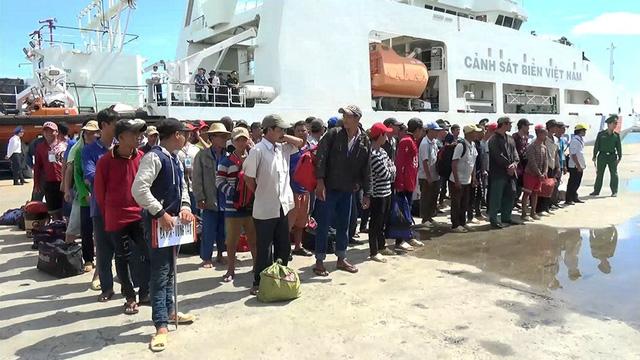 239 ngư dân Việt Nam bị Indonesia bắt giữ được về nhà - Ảnh 4.